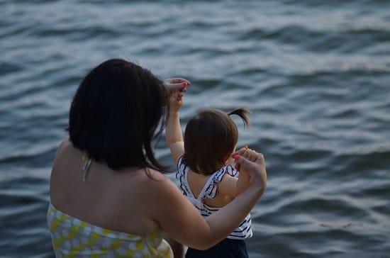 adult-kid-swimming